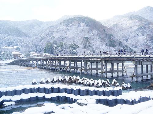 【嵐山・渡月橋】大堰川に架かる嵐山のシンボル橋 夏には有名な鵜飼が行われる〈電車で約35分〉