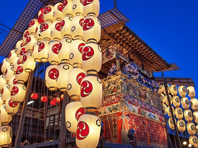 【祇園祭・宵山】四条通周辺に数々の山鉾が展示され大勢のお客さんでにぎわいます