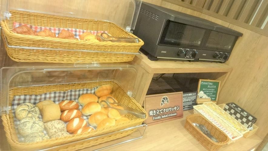 朝食バイキング:焼き立てパン