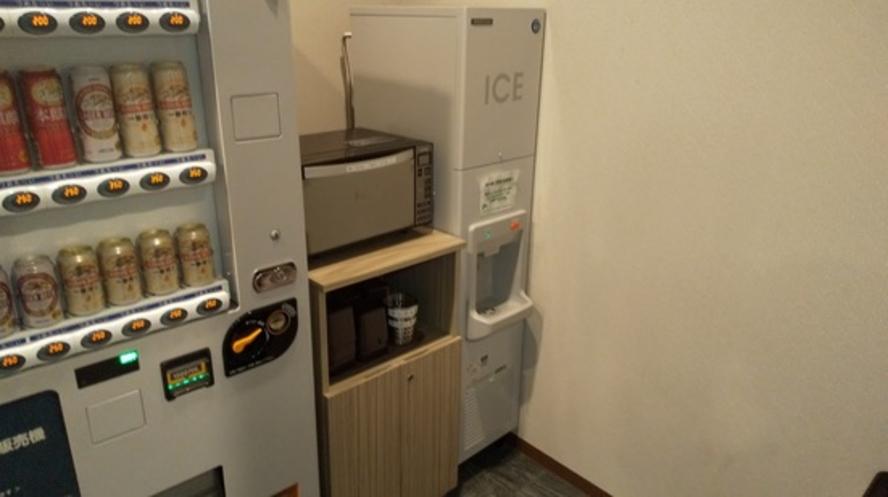 電子レンジ・製氷機  自動販売機コーナーには電子レンジ、製氷機もご用意しております!
