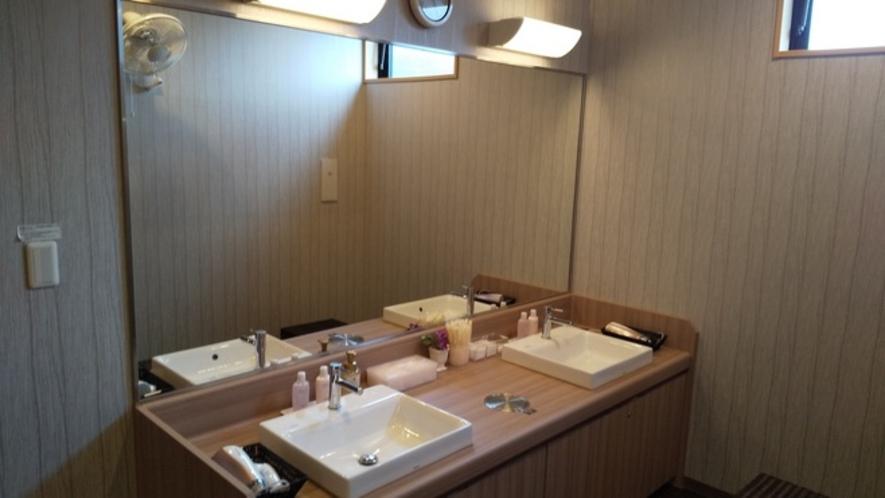脱衣場②  大きな鏡があるので、お風呂上りのケアに使いやすい♪