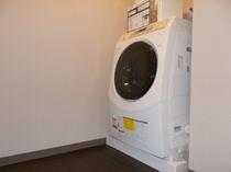 女性専用コインランドリー  女性浴場の脱衣場にコインランドリーが1台あるので、女性の皆様は安心です♪