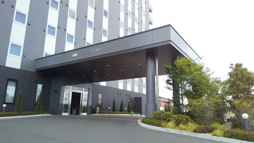 ホテル玄関   緑いっぱいの玄関では日本の季節を感じて安らいでください。