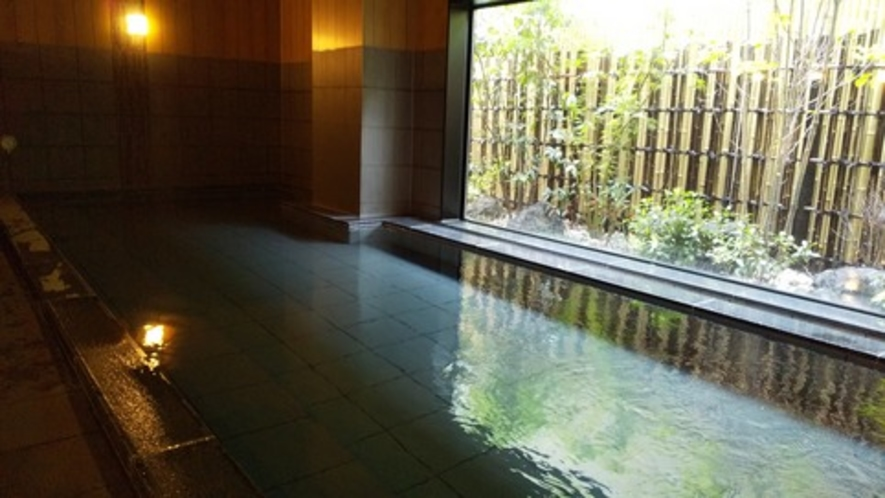 男性浴場   目の前の坪庭は、仕切り枠が無くガラス1枚本当に広々と見えます!