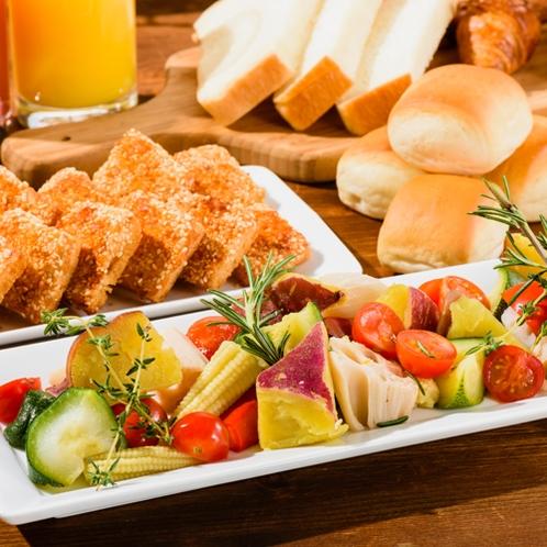 彩り野菜のソテーと種類豊富な焼きたてパン【朝食バイキング】