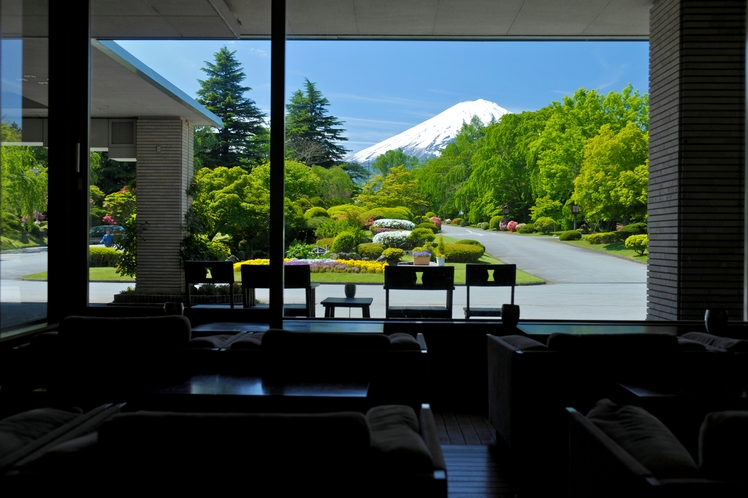 ロビーからの富士山