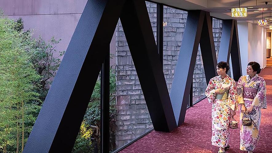 本館と西館を繋ぐガラス張りの共用ブリッジからは中庭とチャペルが望めます