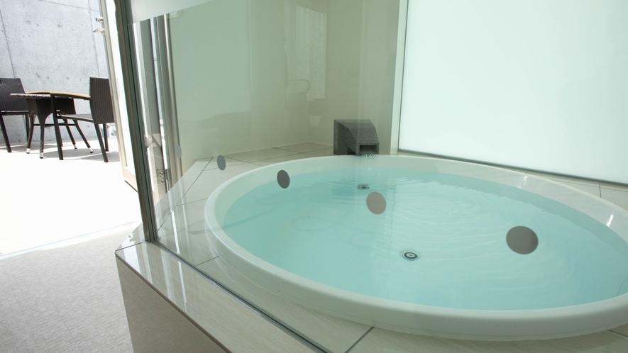 家族一緒に楽しめる、広くて白い清潔な材質の大型浴槽です。