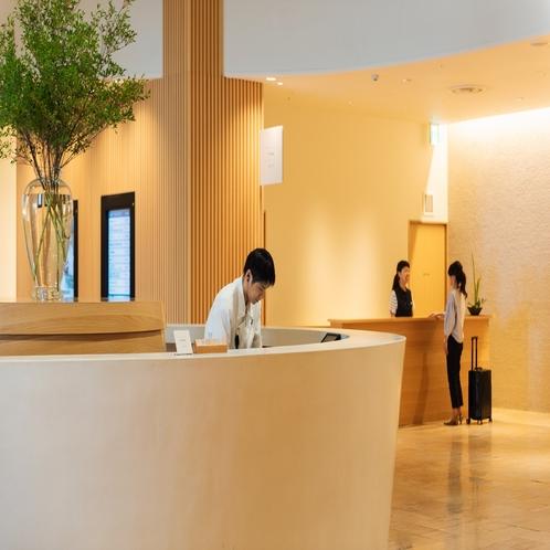 【館内施設】ホテルシーモアフロント。奥のカウンターにてシーモアレジデンスのお手続きをお願い致します。