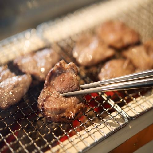 【夕食】トッピングのチャーシューは店内の備長炭で焼いています。