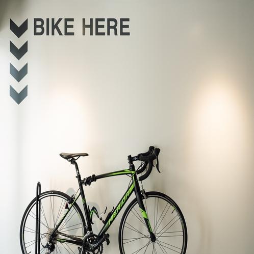 【館内設備】館内にはバイクスタンドも完備。