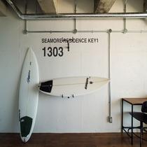 【お部屋】R1303号室(オーシャンビュートリプル)バイクハンガーにサーフボードも掛けれます。