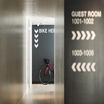 【館内】客室前廊下。バイクも置けます。