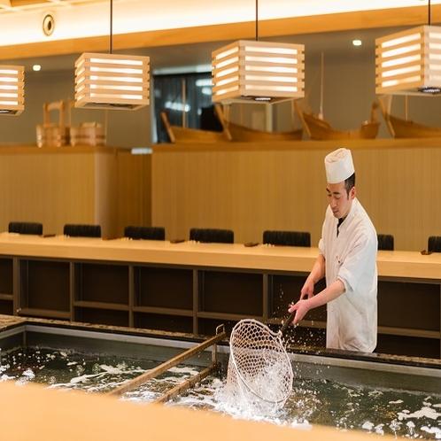 【施設】当館隣にあるいけす料理店「いけす円座」店内中央にいけすがありその場で調理します。