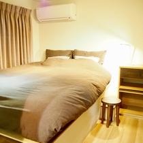 1階 寝室ROOM#2   6畳ダブルベッド(140cm×200cm)