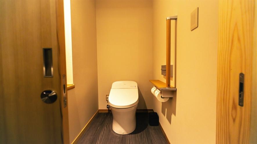 温水洗浄機能付きトイレ、手すりもついており安心です
