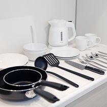 【キッチン】電気ケトル・調理器具・食器など完備しております。