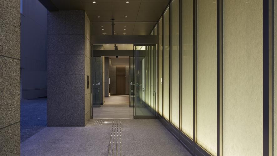 ホテル入口は深夜1時~6時まで施錠され、開錠にはルームキーが必要となります