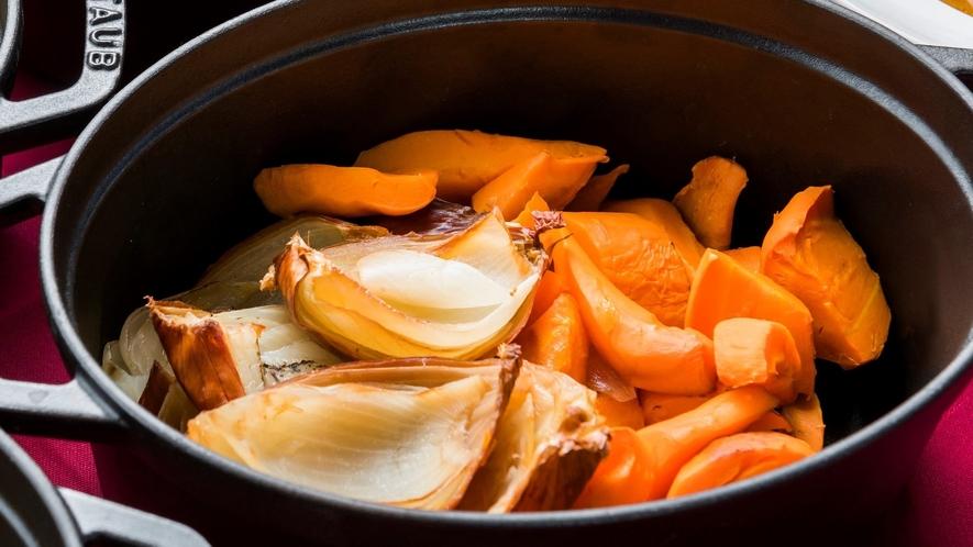 【野菜のロースト】あま味凝縮!素材の水分だけで焼きあげる野菜本来の旨味が味わえます