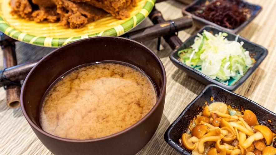 【味噌汁】出汁へのこだわり!鰹節、サバ節、煮干しなどで丹念に抽出したお出汁