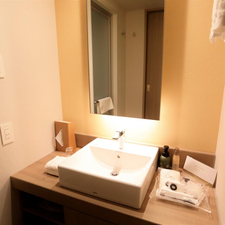 【スーペリアルーム(最大定員3名)】洗面台には各種アメニティをご用意
