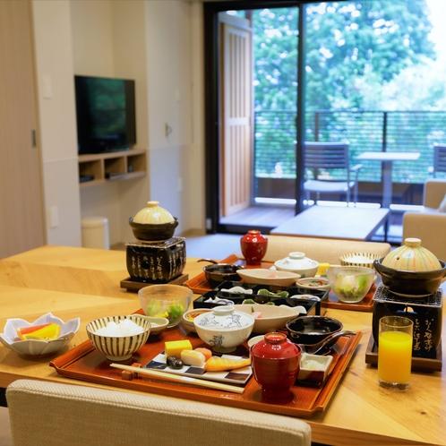 【お食事はお部屋で】全室部屋食なので、愛犬と夕食時も片時も離れずにいられます。