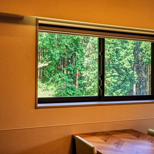 【デラックスルーム(定員4名)】窓から緑がのぞく明るいお部屋