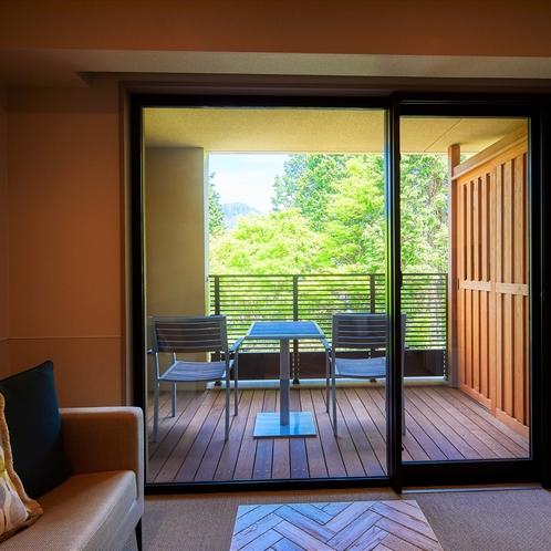 【スーペリアルーム(最大定員3名)2階】テラスはゆったりと森林浴をしながら語らえる場所