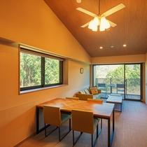 【デラックスルーム3階(定員4名)】3階は天井が高く、ひろびろと感じるお部屋のつくり
