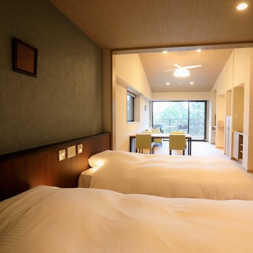 【デラックスルーム(定員4名)】ベッドとリビング間は扉で仕切ることができます