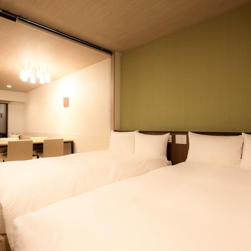 【スーペリアテラスルーム(定員3名)】ベッドとリビング間は目隠しで仕切ることができます