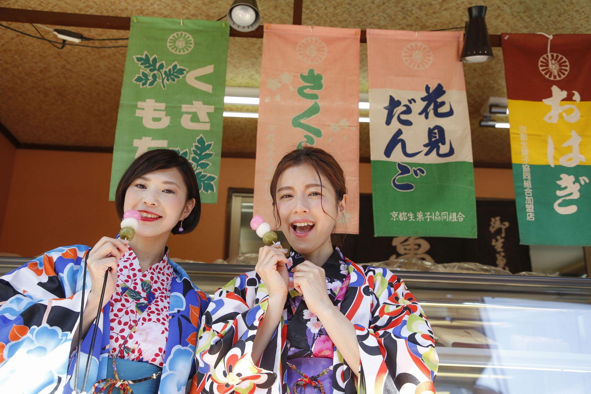 近所の松原通り商店街の和菓子屋「亀山」さん。葛餅やお団子など美味しい♪