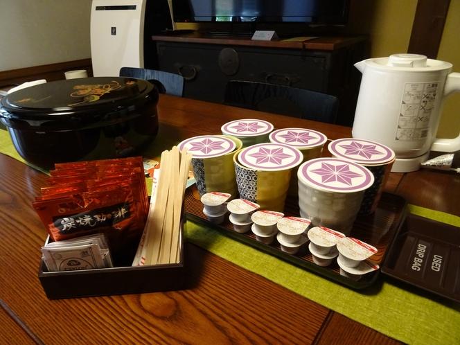 お部屋にお茶、珈琲、紅茶、ハーブティー、沸騰ポット、電子レンジをご用意