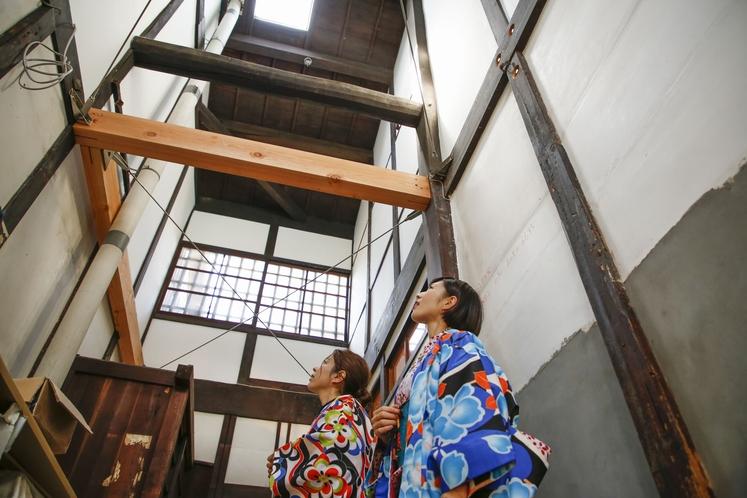 大正時代の京町家の趣を残す通り庭の火袋。7m弱の天井高で光溢れる空間です。