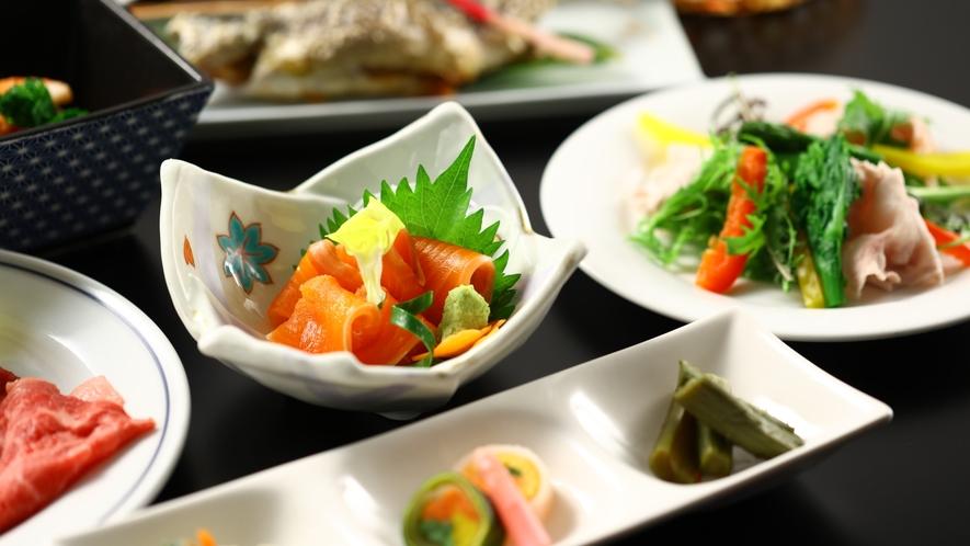 ご夕食一例。信州サーモンのお造りなど彩り豊かに。