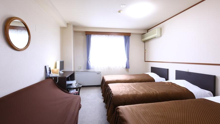 洋室トリプルルーム一例。正規ベッド3台ですのでゆったりお休みになれます。