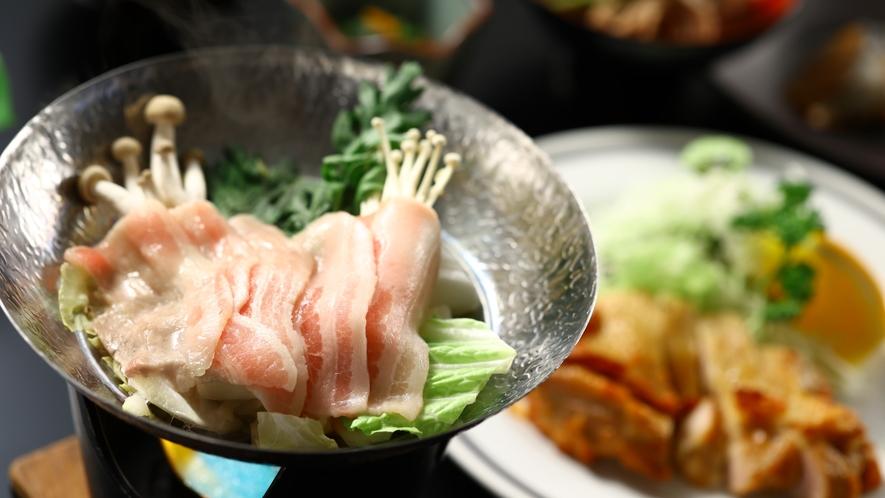 冬のご夕食一例。豚肉のさっぱり鍋。柔らかいチキンのグリルも。