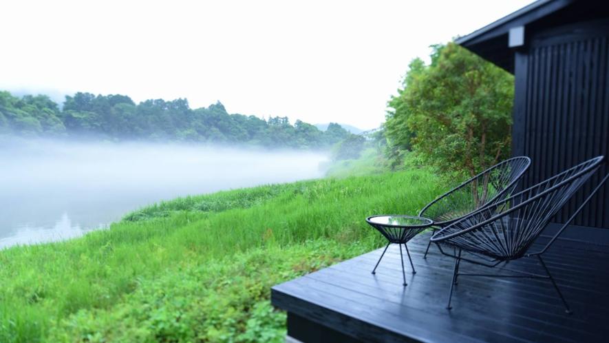 ・【土佐和紙の部屋】テラスのチェアからは湖畔の自然を眺められるくつろぎの時間