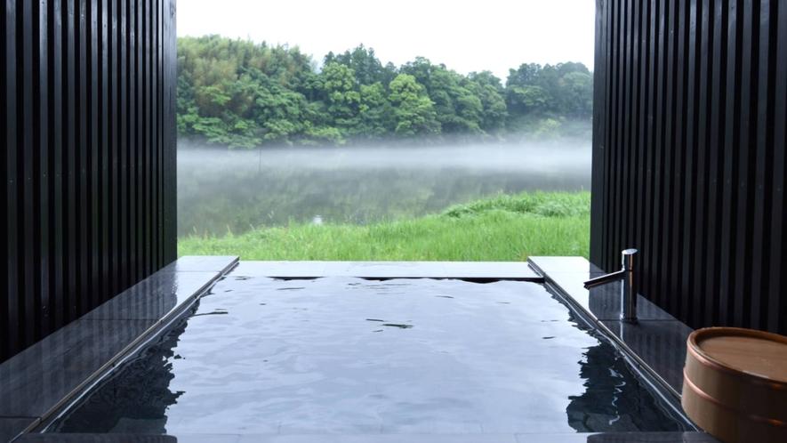 ・【土佐和紙の部屋】露天風呂からは湖畔の景色を独占。夜は遠くに星空も眺められます
