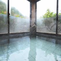 *半露天風呂◆窓を開けると山の澄んだ空気が感じられます