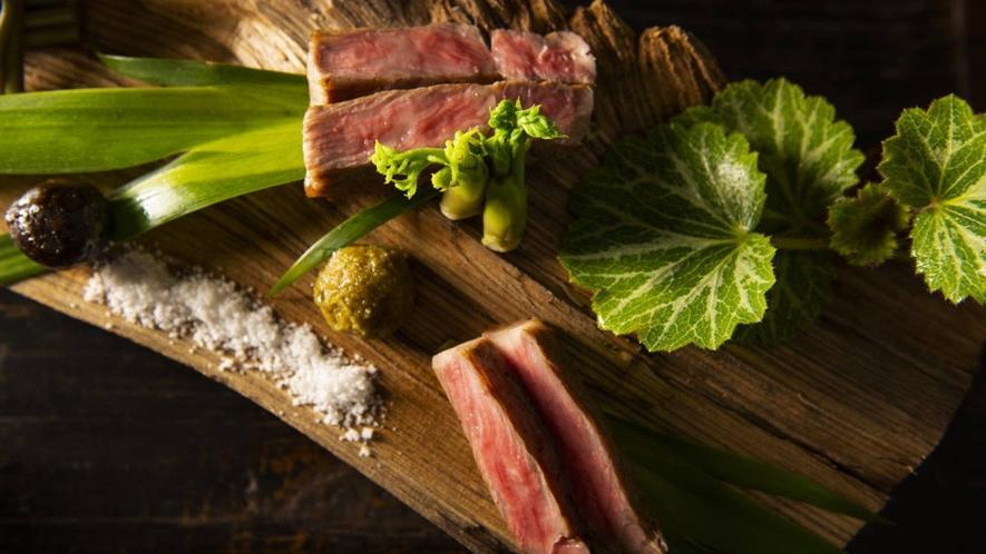 【肉炭火焼】黒毛和牛、鹿、猪などのジビエは炭火で炙って、シンプルかつ豪快にご提供いたします。