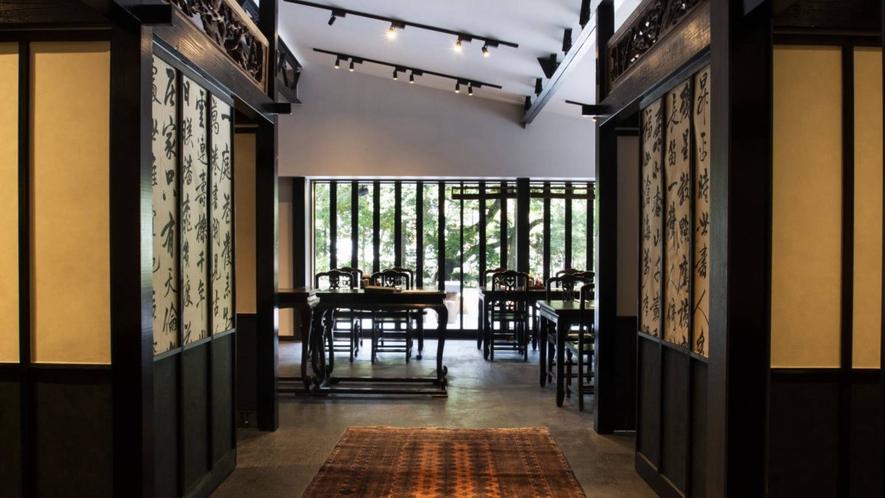 【お食事処「瓢六亭」】屋号の由来は六つの瓢箪で六瓢。 無病を掛け合わせた日本の伝統的吉兆意匠です。