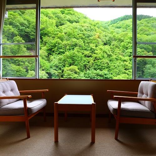 【和室10畳+4.5畳次の間付き】窓からの新緑が爽やかで心地良い