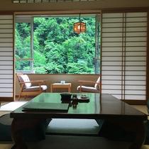 【和室10畳+4.5畳次の間付き】爽やかな緑をお部屋から堪能。