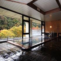 【内湯】山の緑を眺めながら、リラックスできる大浴場