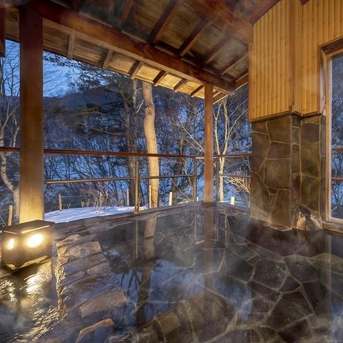 【露天風呂】雪化粧の木々に囲まれて楽しむ露天風呂