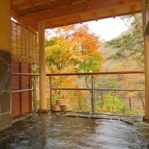 【露天風呂】川のせせらぎの音が聞こえてくる…紅葉が見事!