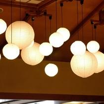 吹き抜けロビーのやわらかな堤灯の光が皆様をお出迎えいたします。