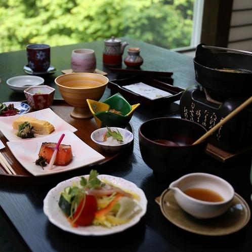 朝食は白い湯気立つ信州のお味噌汁が嬉しい…窓からの山の緑と共に