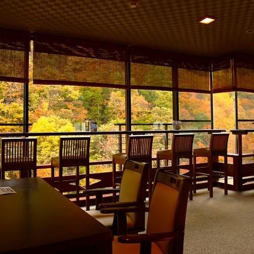 燃ゆる紅葉に溶け込んで…渓谷の秋と一体になれる月見台